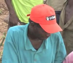 Man i Zimbabwe med GoDaddy-keps